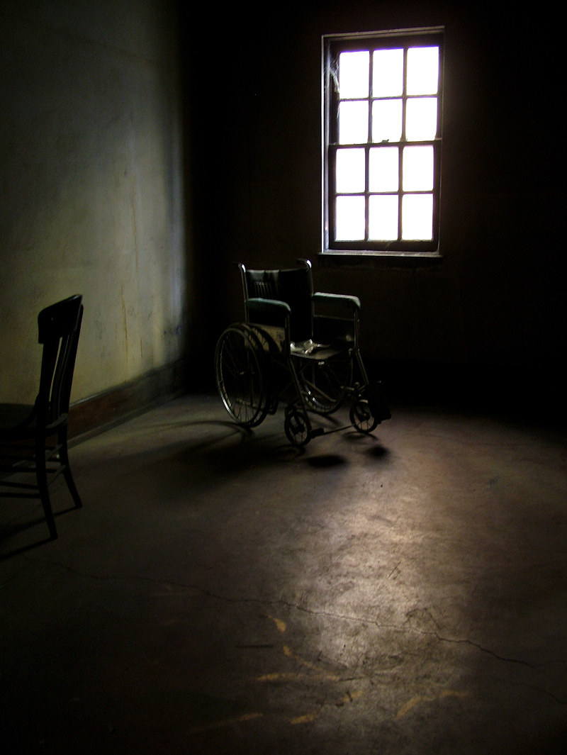 miedo-wheelchair-in-empty-room