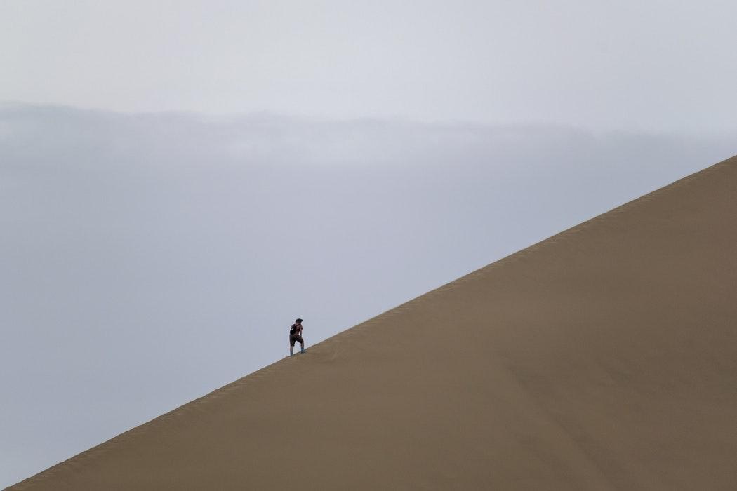Hacer-una-montaña-de-un-grano-de-arena-(5-causas-y-5-acciones-para-superarlo)