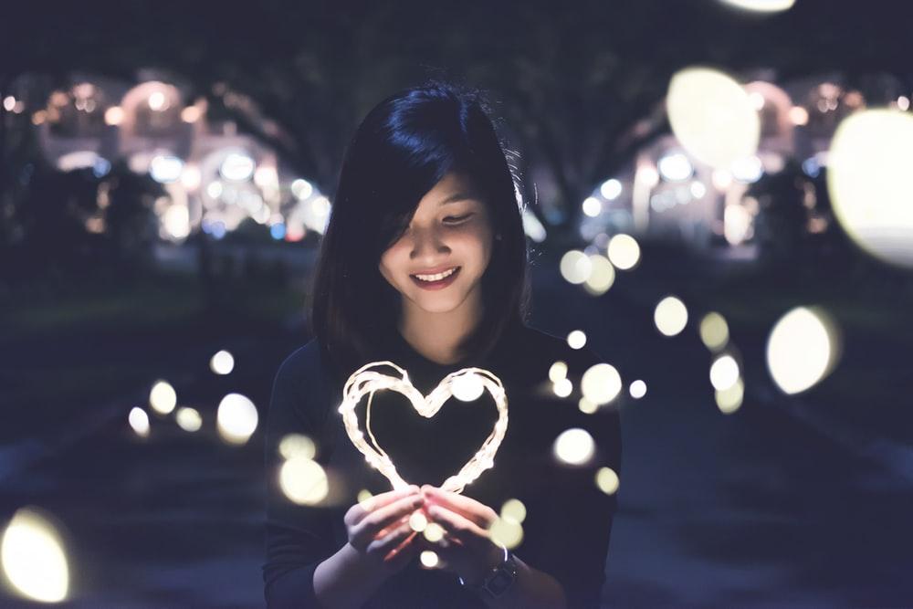 Niña con un corazón